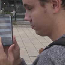 Das Bild zeigt einen Nutzer bei der Bedienung der Sinn² App VWI Stuttgart GmbH